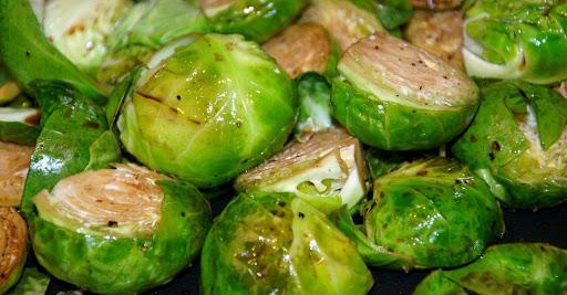 Nấu bắp cải tí hon với muối và tiêu